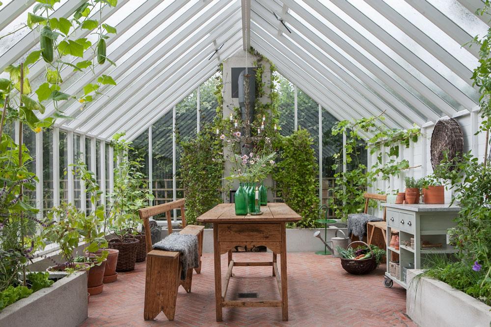Interiör av växthuset i Storängen med blanding av upphöjda bäddar och tomma ytor.