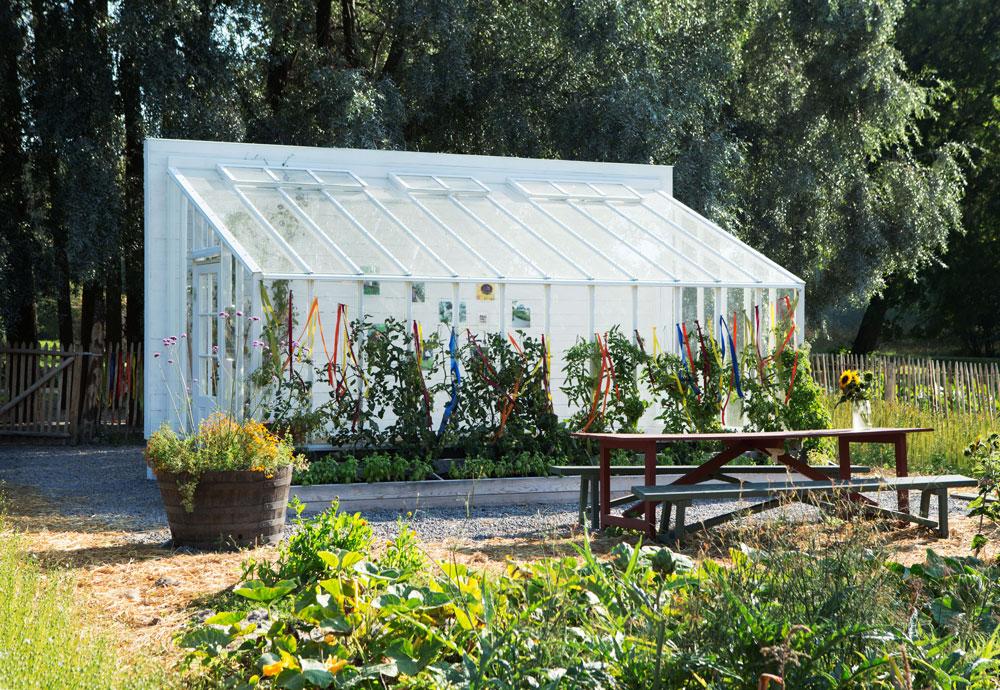 Vitmålat växthus med puplpettak från Rosendals trädgård