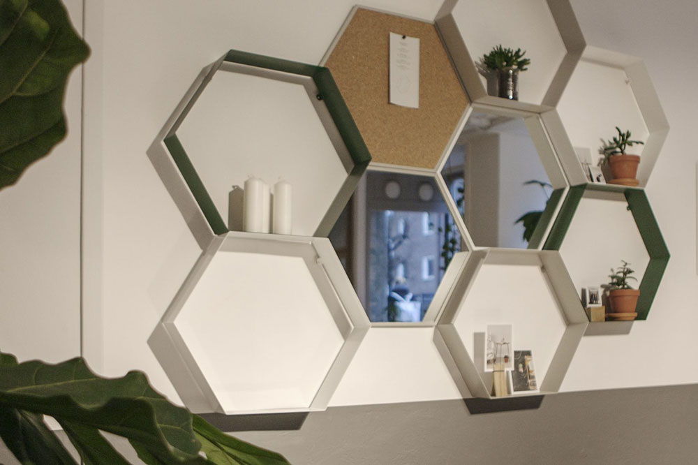 Den sexkantiga hyllan monteras på väggen och går att forma som man vill eftersom det finns spegel och anslagstavla i samma form som passar till, Betonggruvan