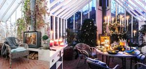 Braskaminer i växthuset, en i dagsljus och en i skymningen med middagsbord fint dukat och en massa tända ljus