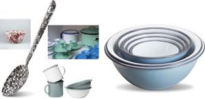 Ett utval av emaljprodukter i olika former och färger.