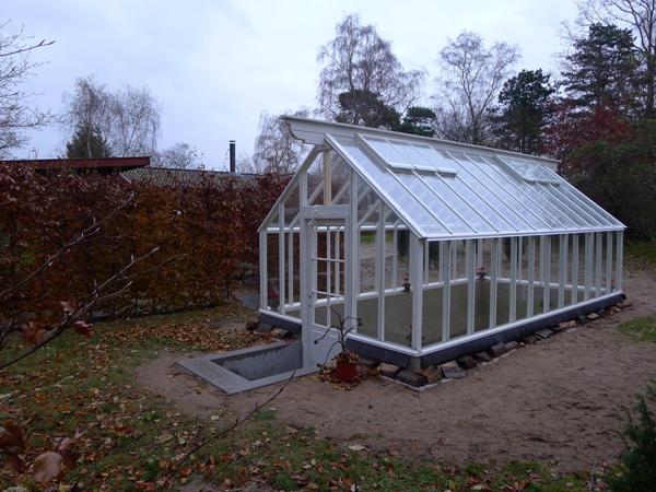 Lågmält vitt växthus framifrån