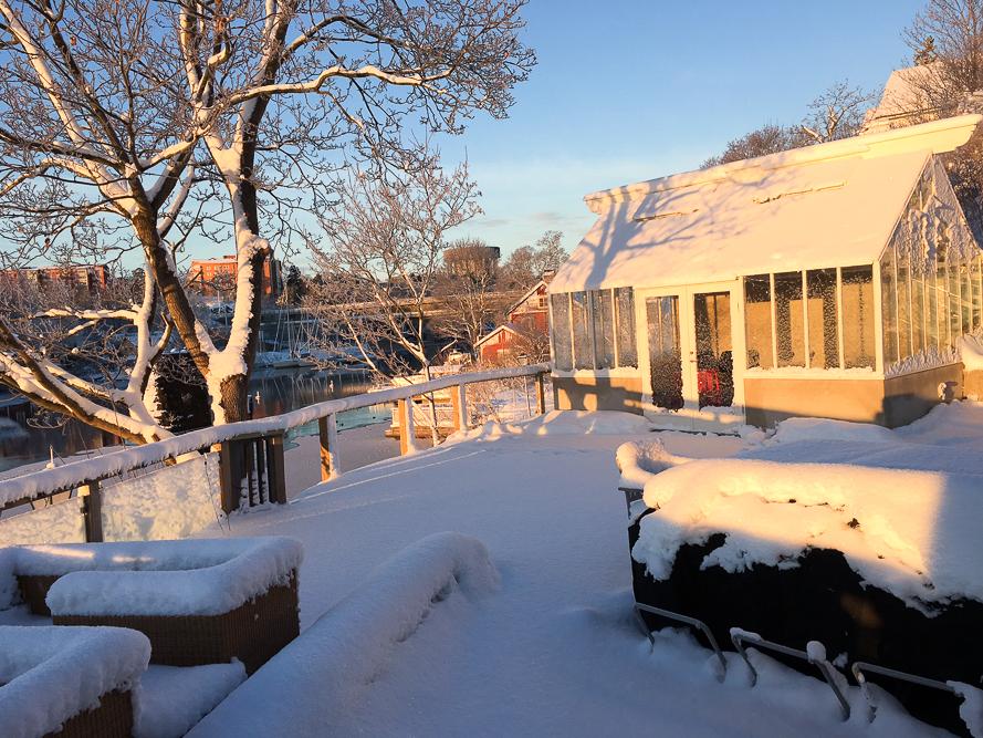 Ett växthus i vinterlandskap