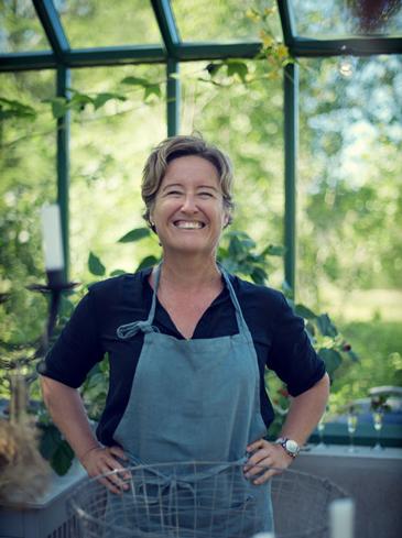 En glad kvinna inne i växthuset
