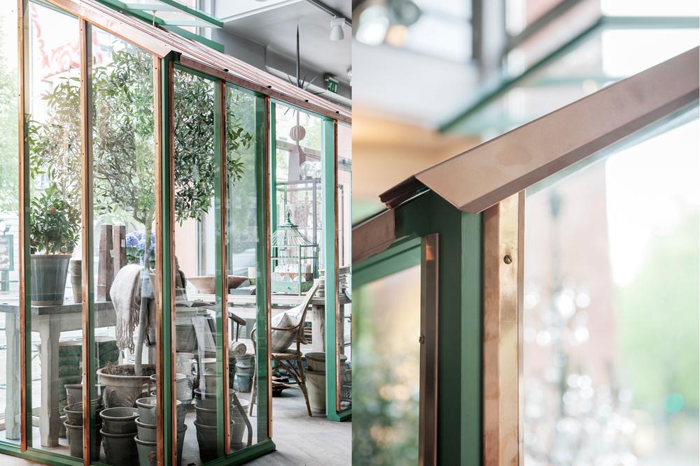 Ett grönt växthus med koppar stållister