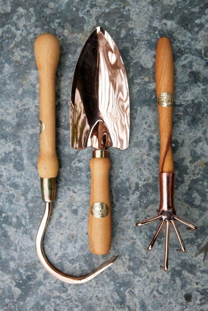 Handverktyg i koppar placerade i rad på en kalkstensskiva