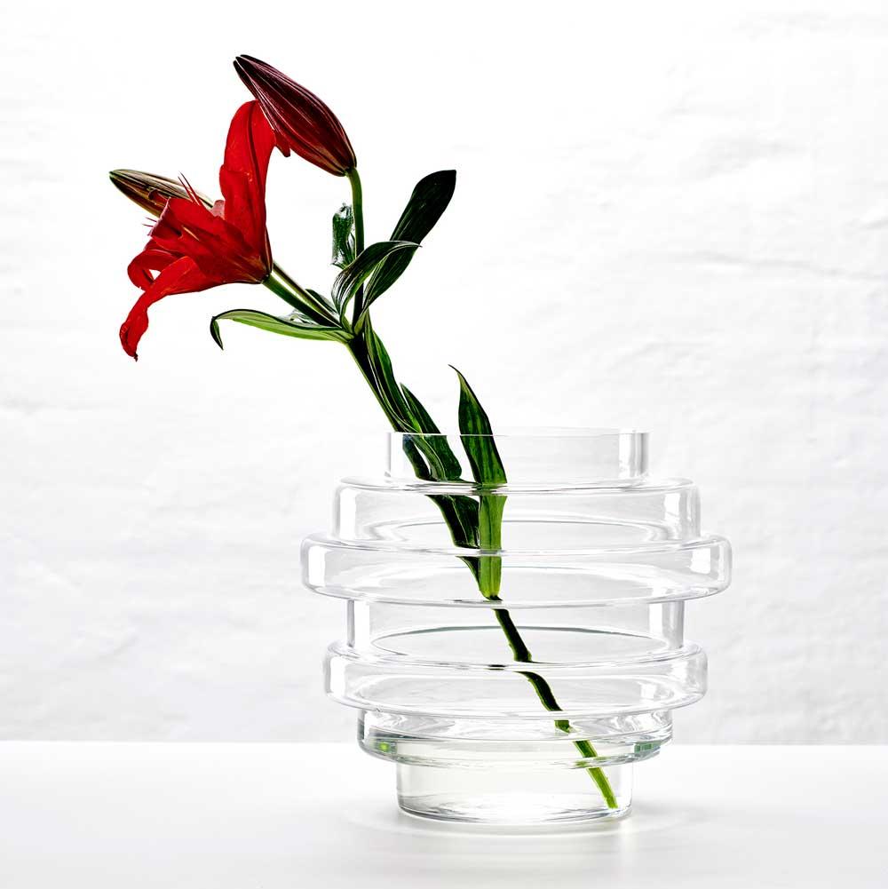 Vako vatten från Smaelta med röd lilja.