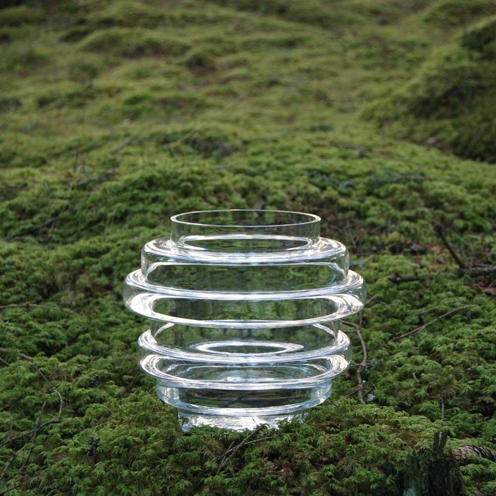 Vako vatten placerad i mossa i den småländska skogen