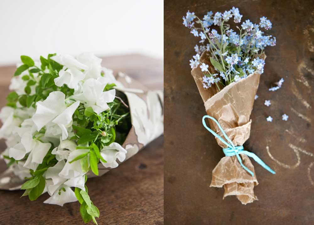 Två bukettförslag, den ena med luktärter och blåbärsris, den andra med förgätmigej. Båda buketterna är inlindade i vackert papper.