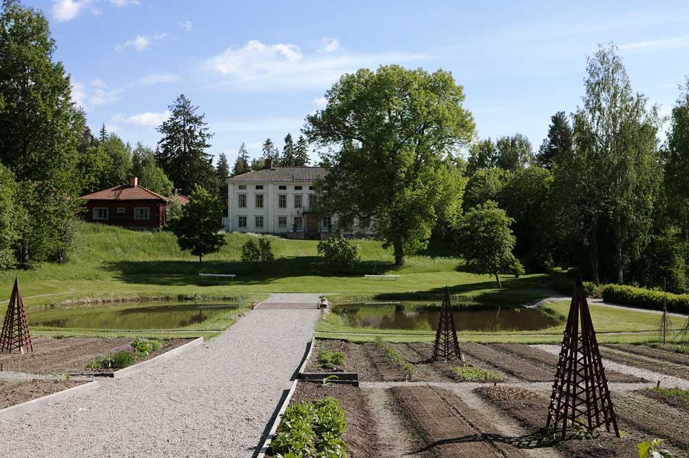 Barockträdgården på Stabergs bergmansagård dit Sweden Green House har fått leverera ett växthus med pulpettak i trä.