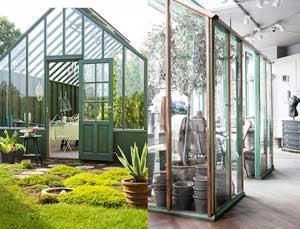 Två gröna växthus varav de nä är monterat med kopparlister som kommer att bli grönärgade när de fått stå utomhus en tid