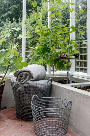 metallkorgen från Korbo är utmärkt för förvaringar växthusets textiler.