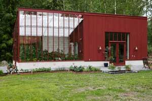 Hos Torsten och Inga-Maj på villa Norsbo har Sweden Green House byggt ett växthus med pulpettak tillsammans med ett med ett galleri.