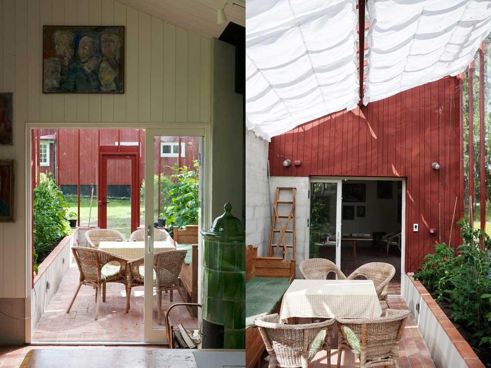 Inne i växthuset har Inga-Maj och Torsten inrett för båd odling och socialt liv.