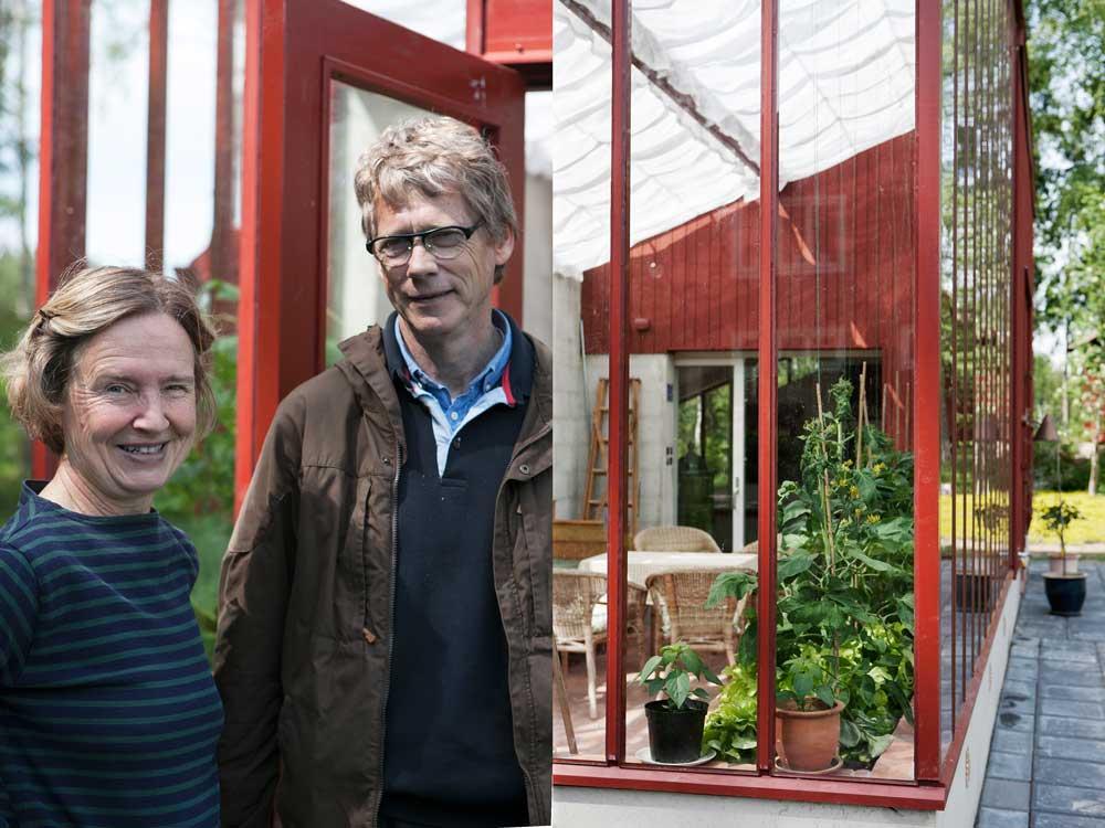 Inga-Maj Eriksson och Torsten Allvar utanför sitt röda pulpetväxthus i trädgården på villa Norsbo