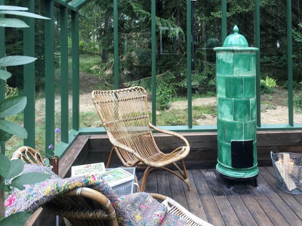 I det gröna växthuset med timmersockel har man lagt in ett golv i trä.