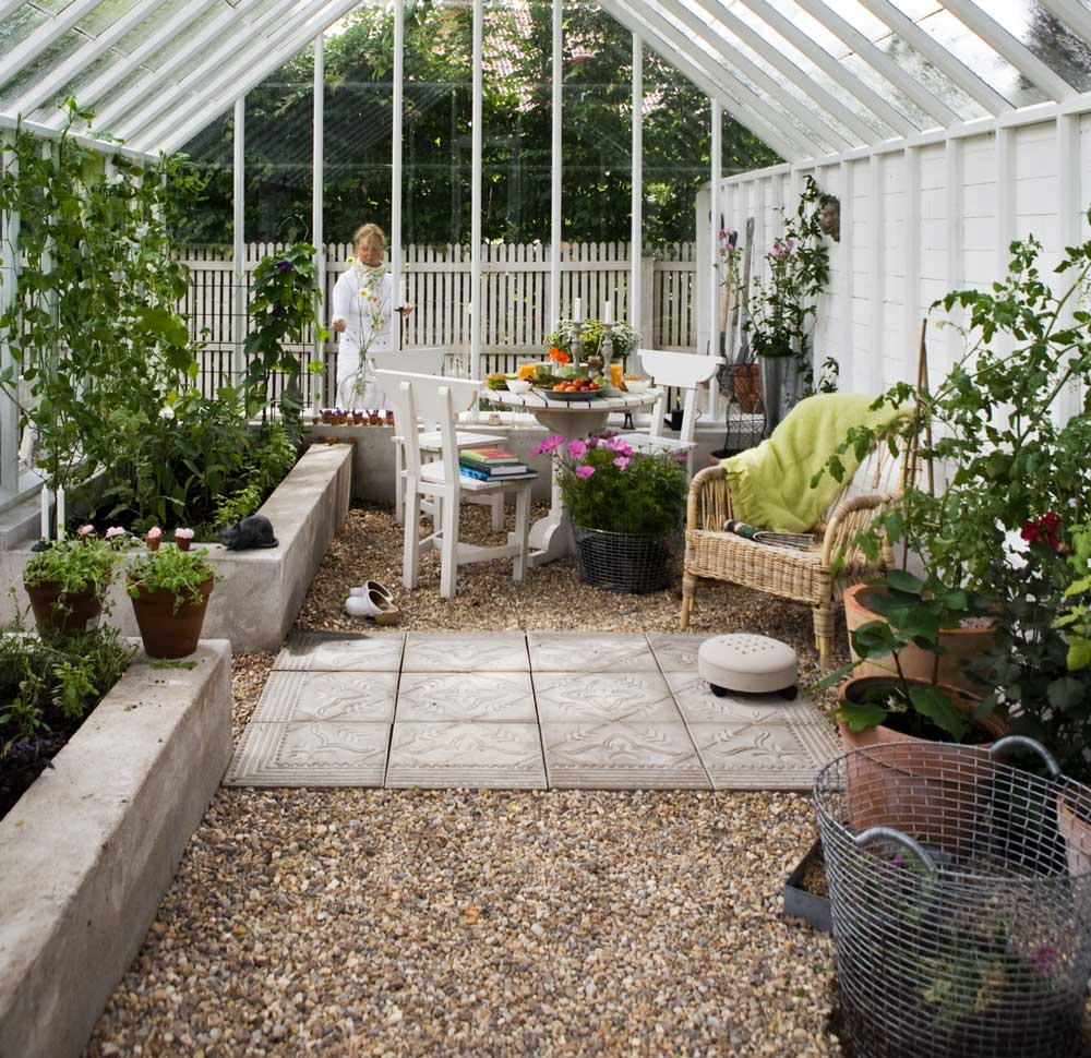 Grus är ett bra alternativ som golv i växthuset. Här är det blandat med betongplattor.