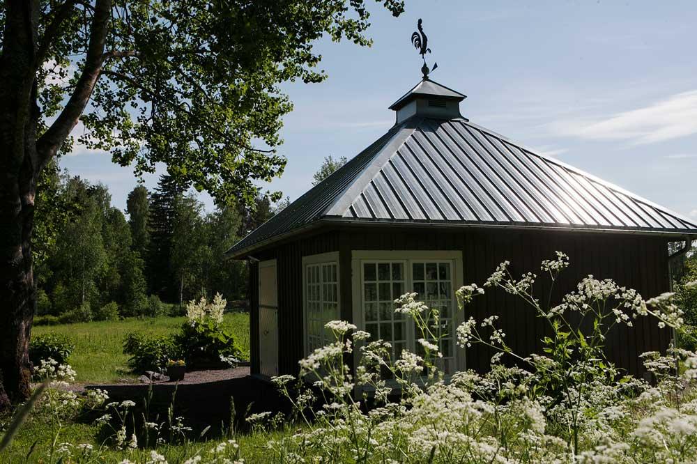 Om du besöker Stabergs bergsmansgård utanför Falun får du inte missa att besöka Lottas bod.