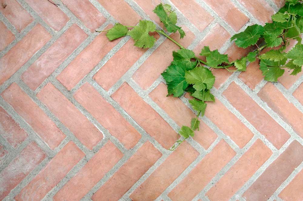 Handslaget tegel från en av de få tegelbruk som fortfarande tillverkar tegel för hand är ett vackert alternativ som växthusgolv.