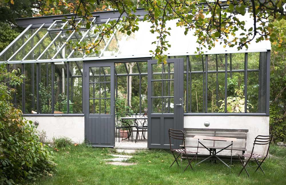 Ett grått Attefallsväxthus byggt av Sweden Green House