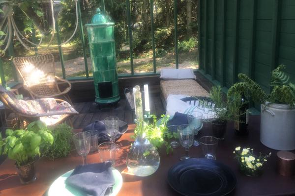 Kakel kamin i ett gröntväxthus