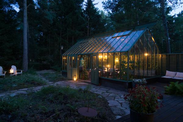 Kvällsbelysning i grönt växthus