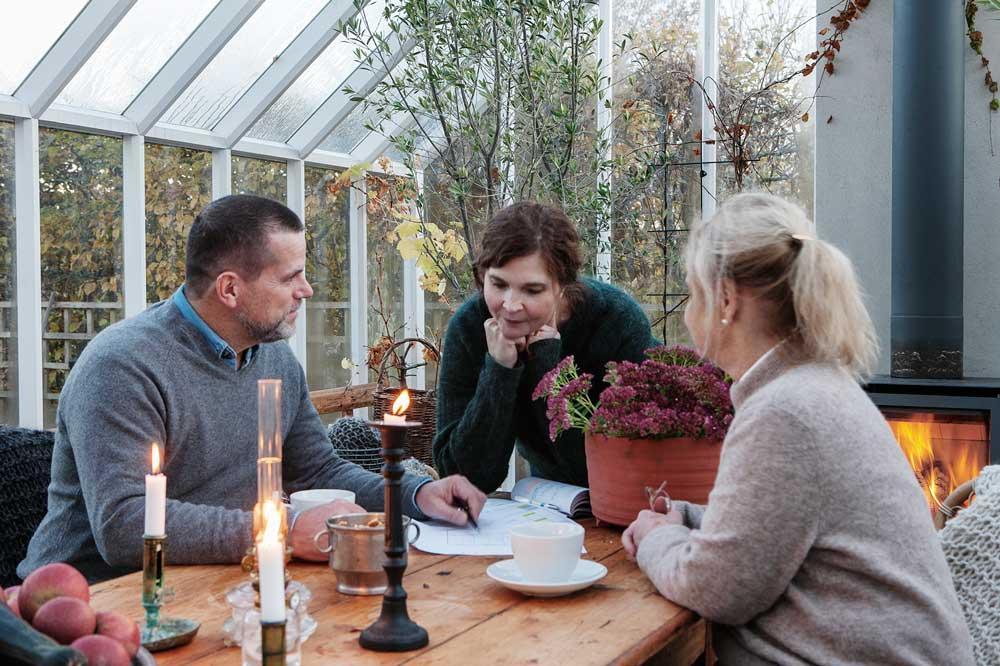 Team Sweden Green House lutar sig över en ritning över ett växthus.
