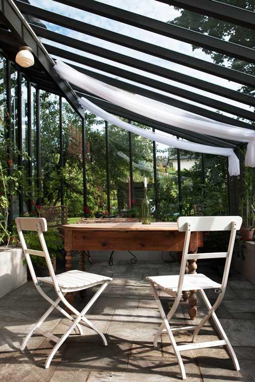två stolar i växthuset