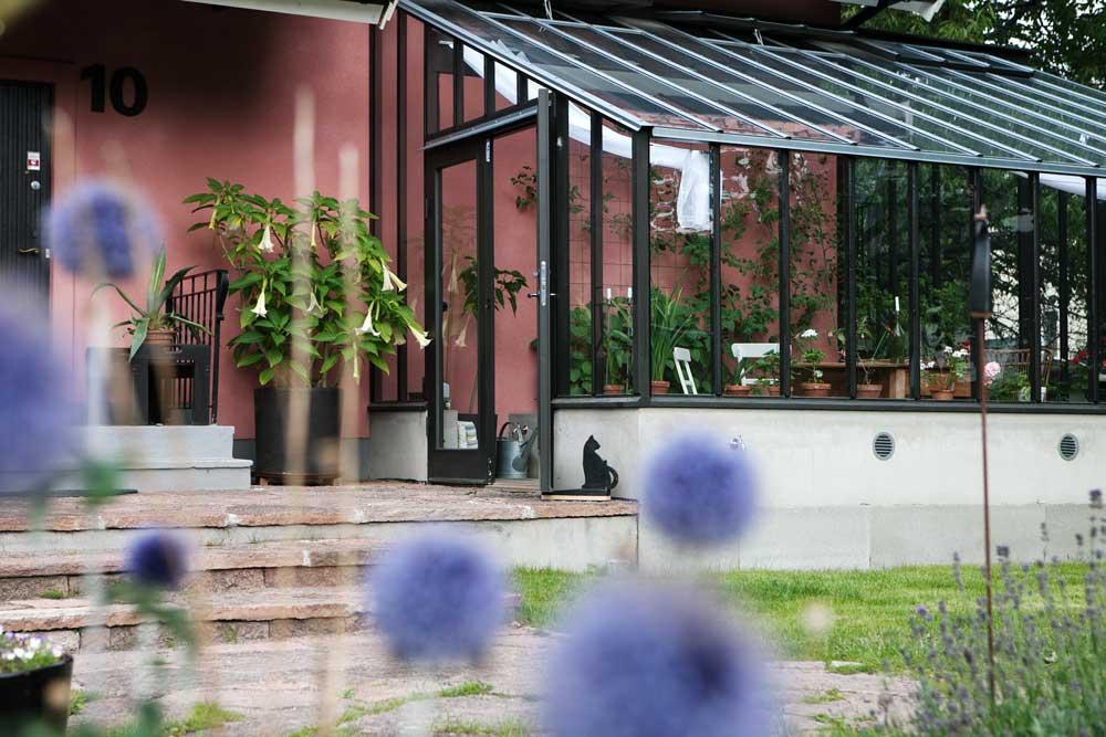Hos Olbys i Älvsjö harva byggt ett svart växthus med pulpettak.