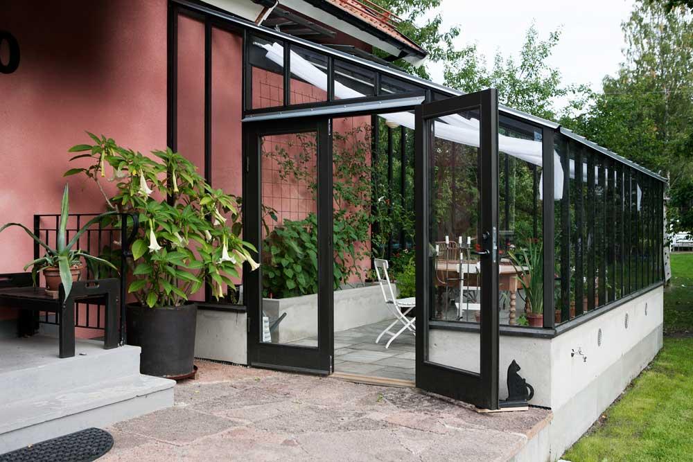 svart växthus med dörr på gaveln