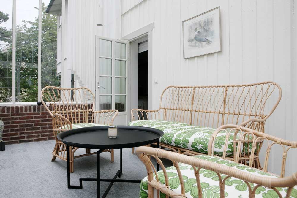 Ett växthus med pulpettak och isolerglas i vitt på Lidingö.