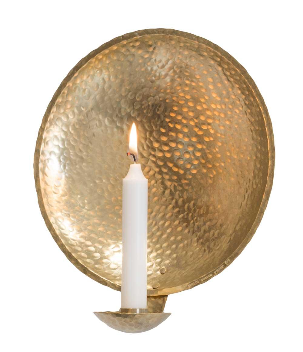 En vägghängd ljusstake tillverkad av smeden malin Appelgren.