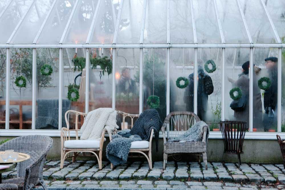 Vi har dekorerat växthuset med mängder av småkransar till advent i år.