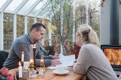 Magnus Wiström och Eva Halfwordson från Sweden Green House studerar en ritning av ett växthus.
