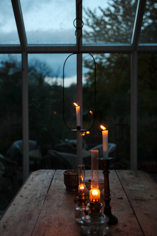till advents tänder vi ljus och oljelampor i växthuset.