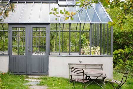 ett växthus med klassisk dubbel spröjsad spegeldörr.