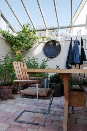 Tegelgolv i växthuset hos Monica Kylén från L:a Bruket