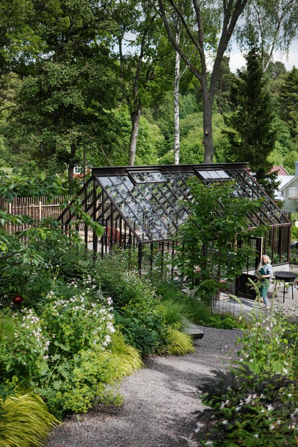 Brunt växthus med sadeltak