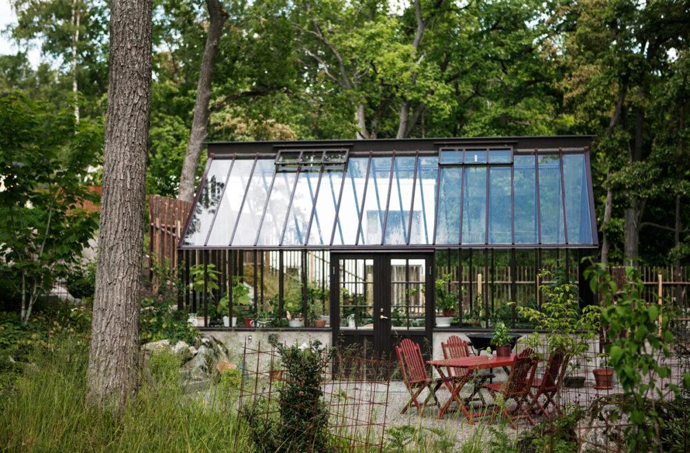 Brunt växthus med sadeltak.