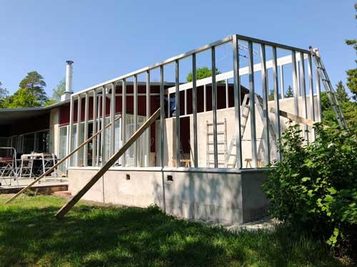 Växthusmontering pågår, här ett vitt växthus med ett takfall på Gålö.