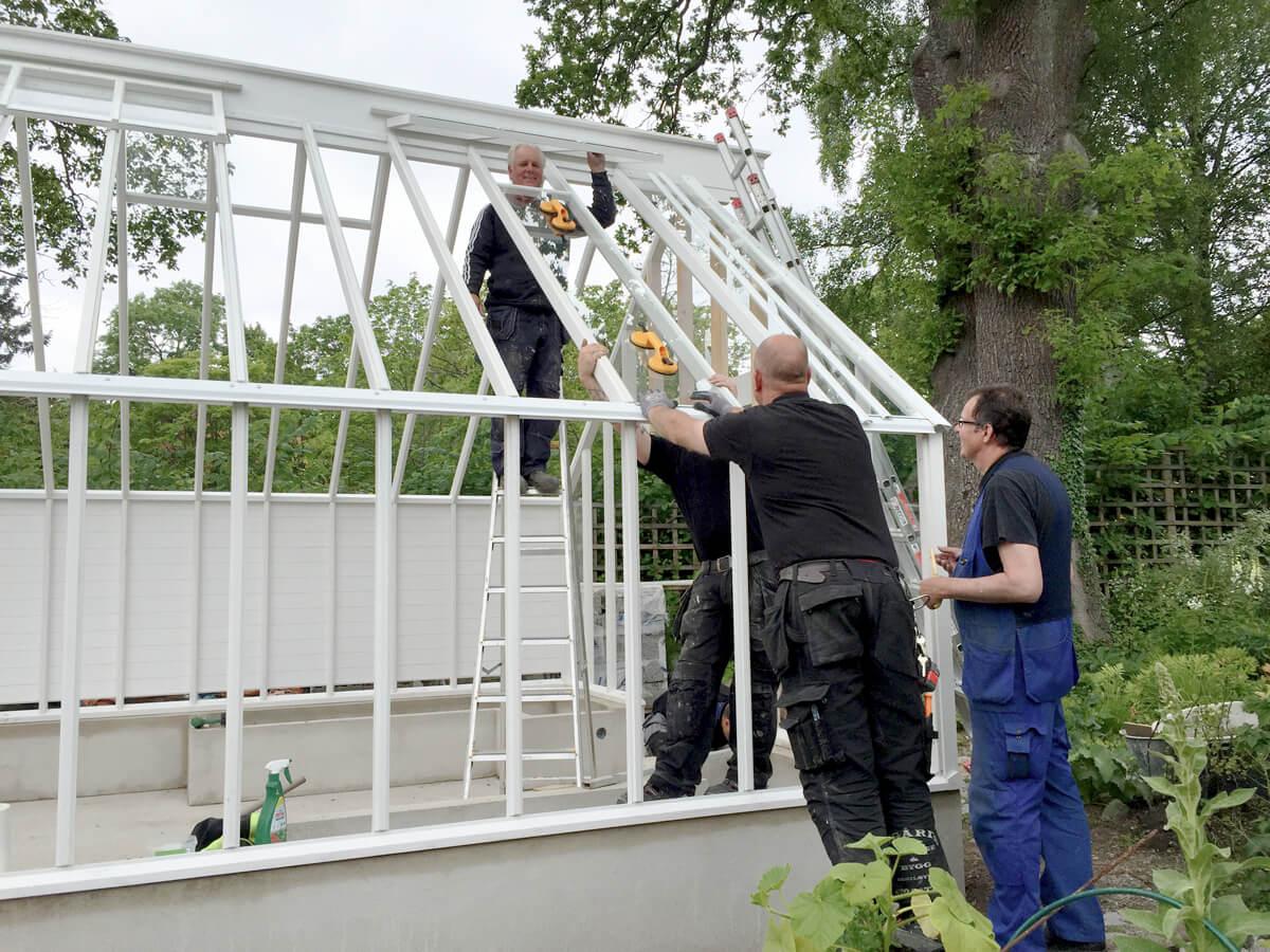 montörer bygger växthus