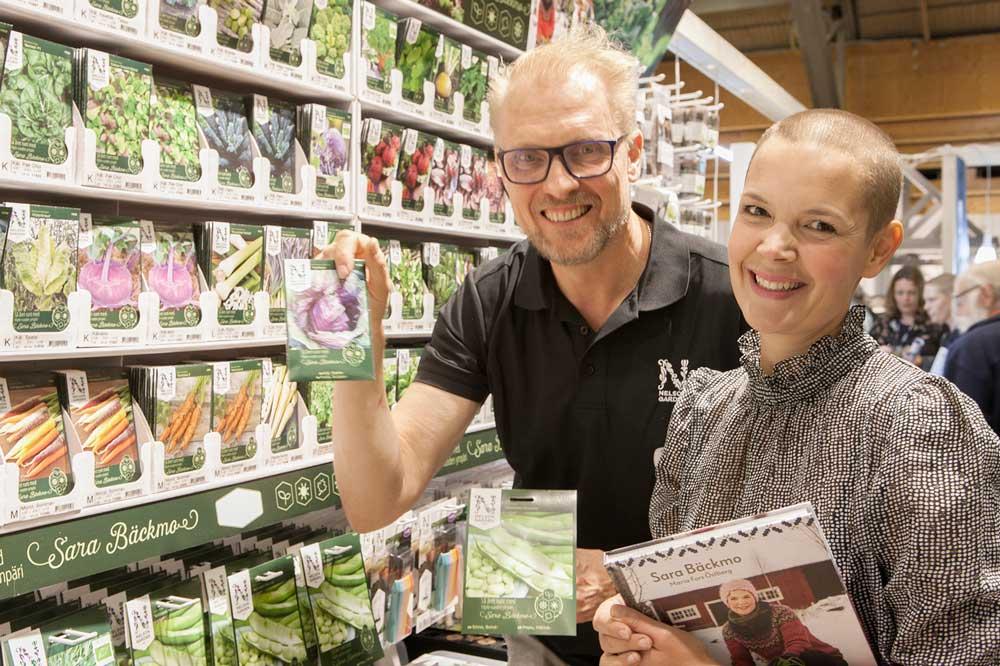 """Sara Bäckmo och Ulf Fransson från Nelson Garden visar frö ur serien """"Odla året runt med Sara Bäckmo""""."""
