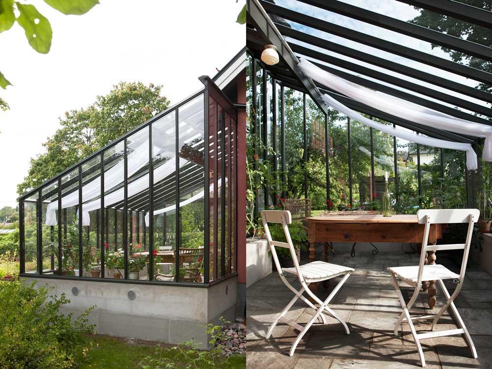ett svartmålat växthus med pulpettak.