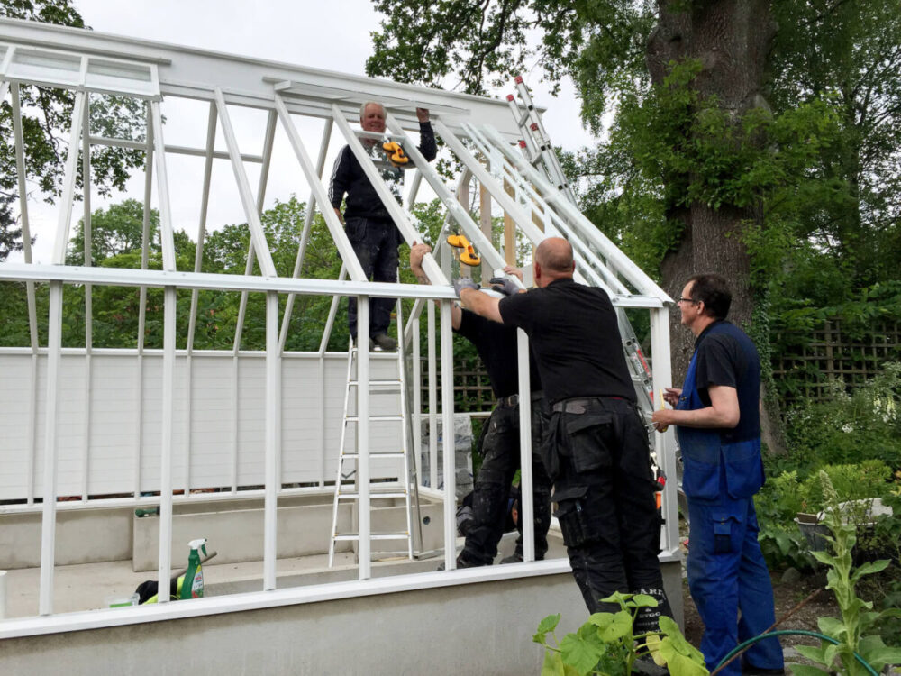 Våra montörer bygger växthus