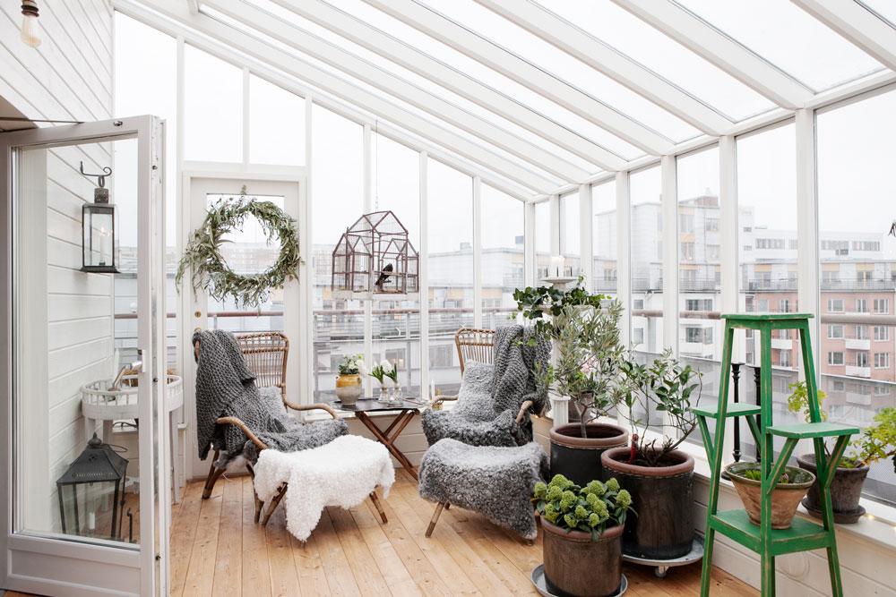Växthusinredningen i en vinterträdgård byggd på en terrass.