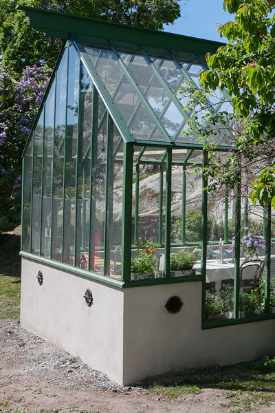 grönt växthus med sockel i nivå.