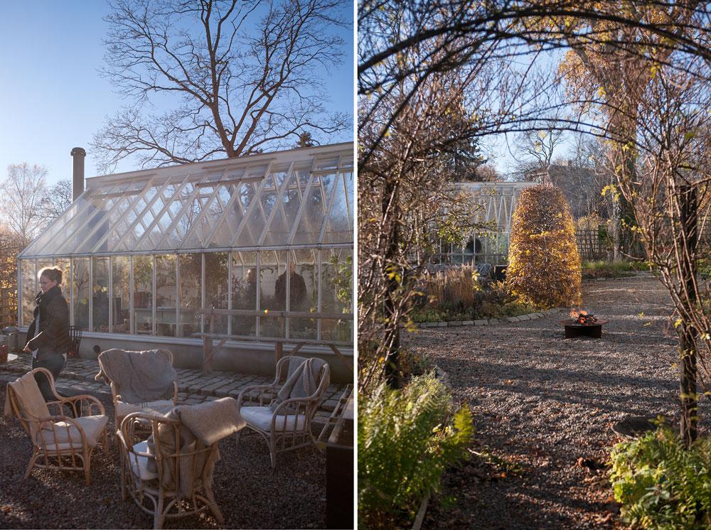 Rottingfåtöljer fyllda med plädar och ett tänt eldfat under vårt växthusmingel.