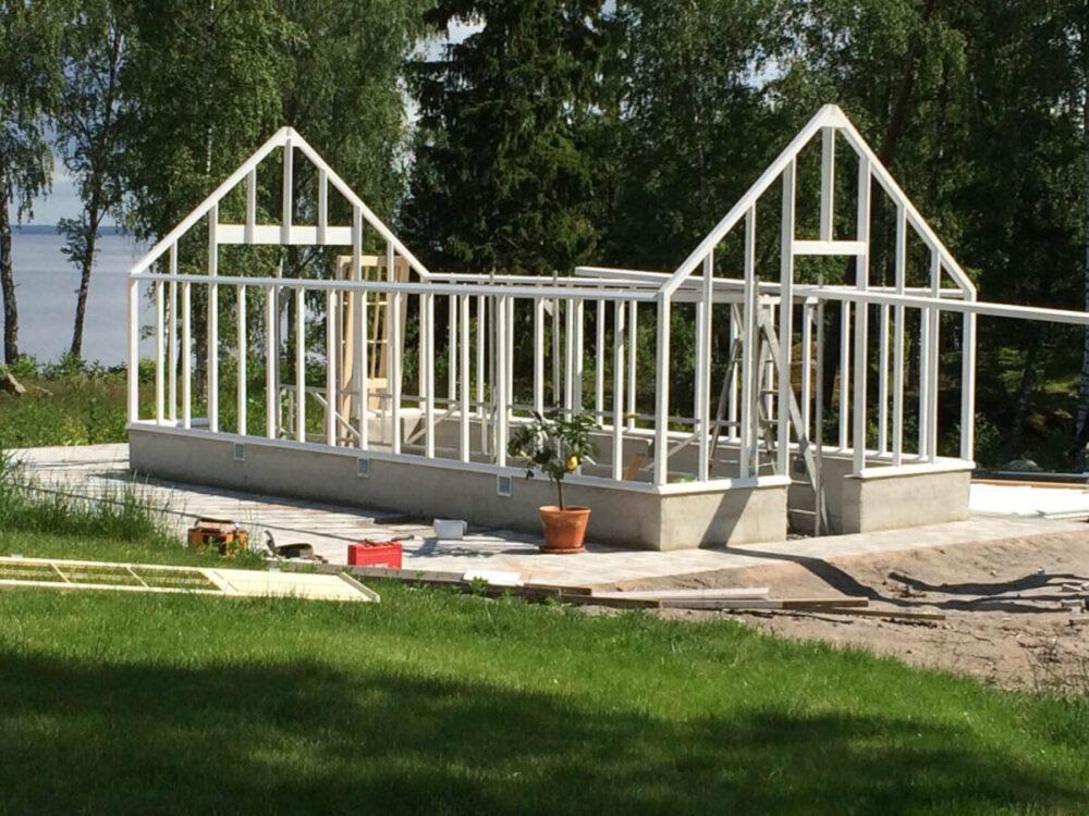 Växthus med sadeltak under konstruktion.