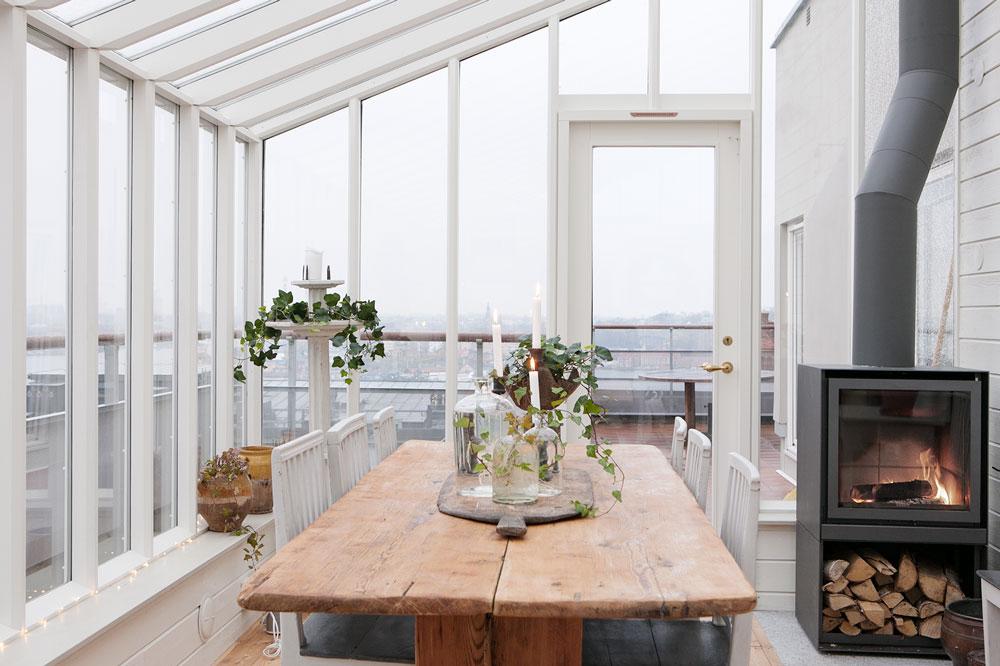 Ett växthus med pulpettak och isolerglas byggt på en terrass.