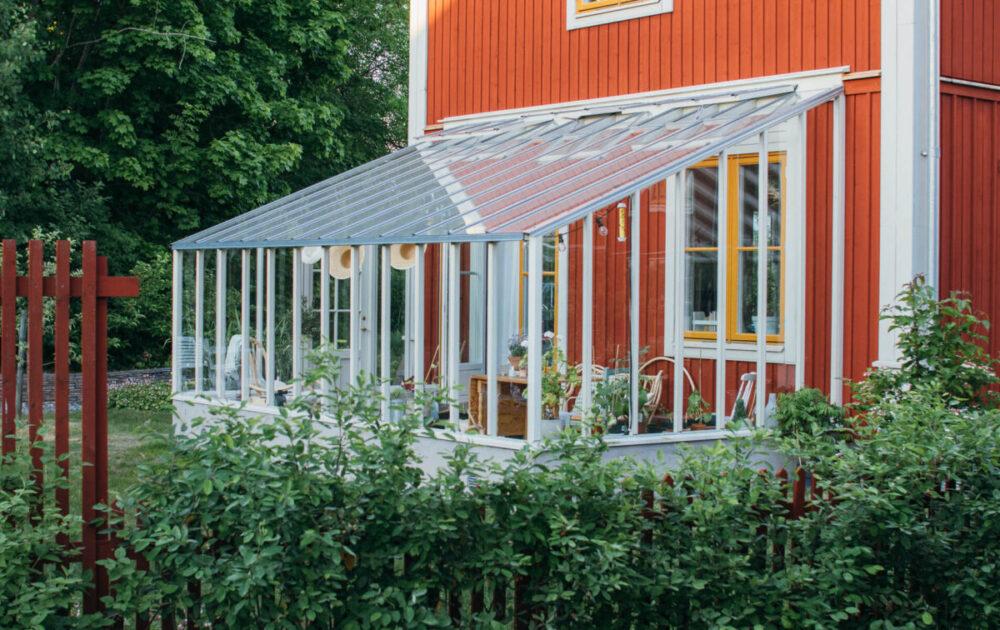 3,1 meter brett växthus med pulpettak-mot en trävägg
